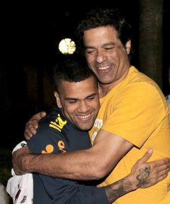 Daniel Alves e Raí são os maiores defensores de Diniz. Exigem que fique no São Paulo
