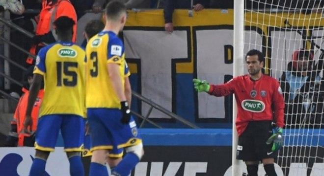 Daniel Alves foi o goleiro da equipe após a expulsão de Kevin Trapp, na goleada do PSG sobre o Sochaux por 4 a 1, em fevereiro de 2018.