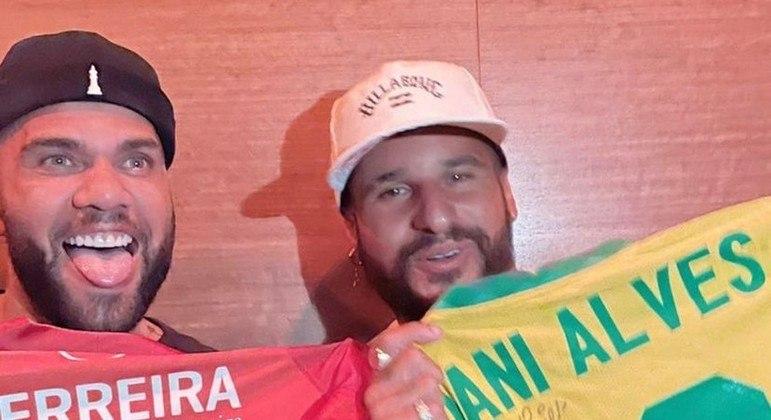 Daniel Alves e Ítalo Ferreira se encontraram e trocaram camisas autografadas
