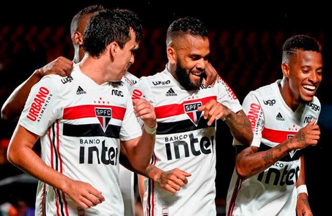 Daniel Alves - Lateral-Direito - 38 anos - São Paulo: Sob o comando de Crespo, Daniel Alves foi deslocado para sua posição de origem: a lateral-direita. Lá, ele melhorou seu desempenho e se tornou um dos grandes pontos fortes do São Paulo
