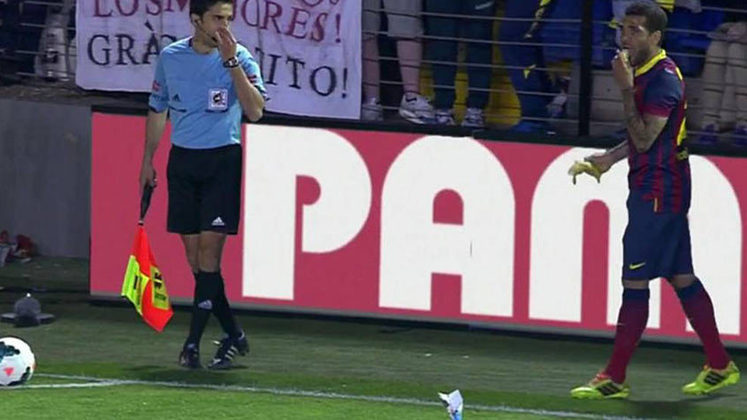 DANIEL ALVES - O lateral-direito Daniel Alves viu uma banana ser atirada em campo durante um duelo entre o seu Barcelona e o Villarrreal. O jogador não fez por menos: pegou a banana e começou a comer. Após a partida o jogador disse que prefere tratara ignorância com humor.