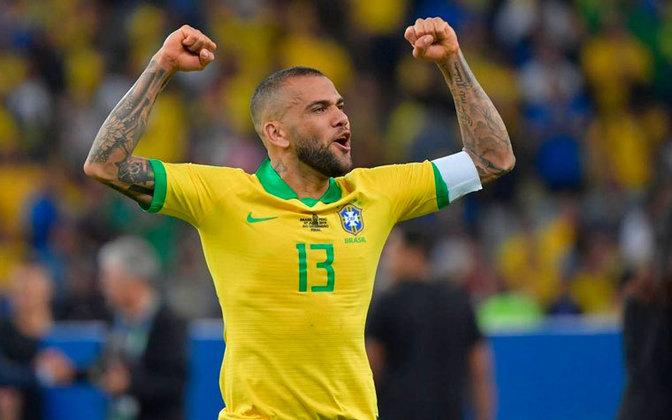 Daniel Alves - Posição: lateral-direito e meia - Time em que jogou: Bahia