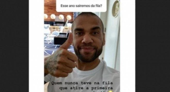 Daniel Alves respondendo um seguidor em seu Instagram