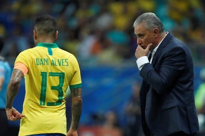 No início de sua passagem na seleção, Tite teve por costume trocar de capitão a cada partida. Ao fim de 2018, o técnico decidiu que Neymar seria o dono da braçadeira. Com as confusões extracampo e lesão do camisa 10, Daniel Alves herdou a função e se tornou o capitão brasileiro na Copa América
