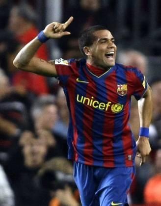 Daniel Alves: Um dos principais jogadores do Brasileirão 2021 e líder do São Paulo, Daniel Alves formava parceria de sucesso com Messi, no Barcelona, há 10 anos atrás.
