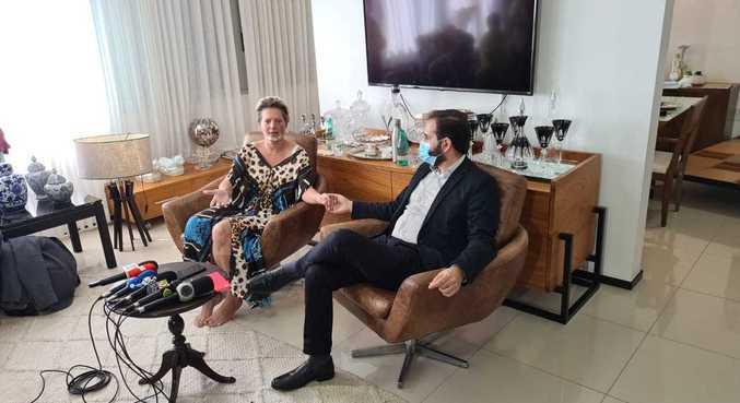 Joice e o marido, Daniel França, durante entrevista