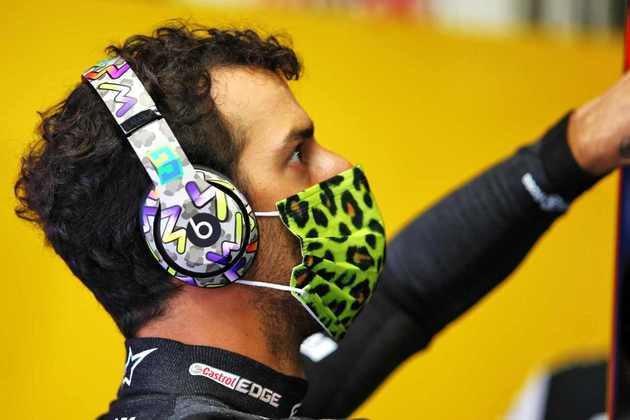 Daniel Ricciardo concentrado antes da largada — a primeira — do GP da Toscana