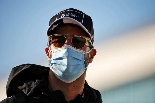 Daniel Ricciardo deu 28 voltas no TL2 e ficou apenas em 13º
