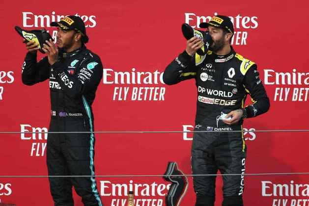 Daniel Ricciardo e Lewis Hamilton tomam o inusitado 'shoey' no pódio em Ímola