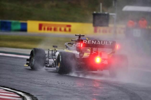 Daniel Ricciardo experimentou a pista molhada, mas não acelerou