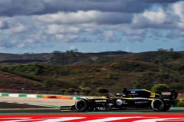 Daniel Ricciardo não marcou tempo no Q3. O australiano acabou rodando no fim da parte 2 da classificação e encostou de leve a traseira do carro na barreira de pneus, danificando a asa. Os mecânicos da Renault não conseguiram arrumar a tempo.