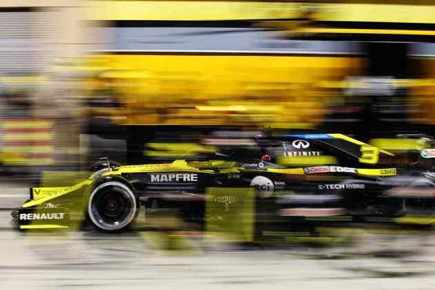 Daniel Ricciardo nos boxes no Bahrein.