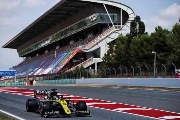 Daniel Ricciardo sai dos boxes no Q2 em Barcelona