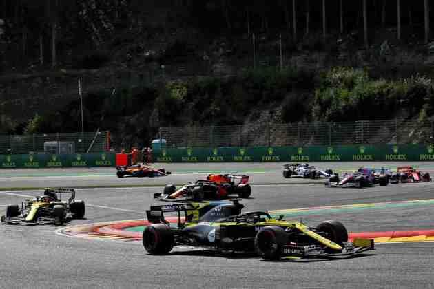 Daniel Ricciardo segura pelotão após a relargada em Spa-Francorchamps