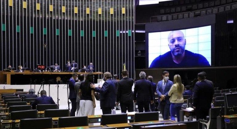 Aécio seguiu orientação de PSDB para votar por prisão de deputado