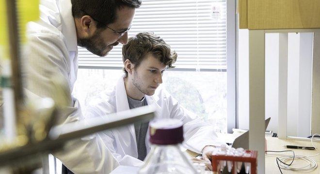 Wrapp (sentado) está contente com a descoberta sobre a relação entre o sangue da lhama e o novo coronavírus