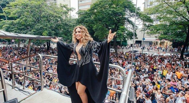 Daniela Mercury em trio elétrico em 2016; inovações técnicas e melódicas trazidas pelos Beatles modificaram os rumos do Carnaval da Bahia