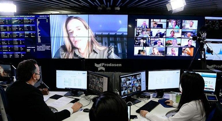 Daniella Ribeiro, relatora do projeto que garante internet nas escolas, durante a sessão remota do Senado