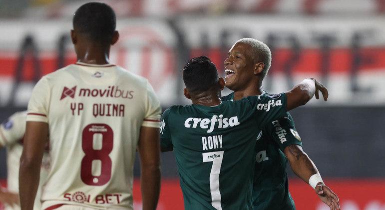 Danilo comemora o primeiro gol do jogo. Estava fácil, quando o Palmeiras atacava