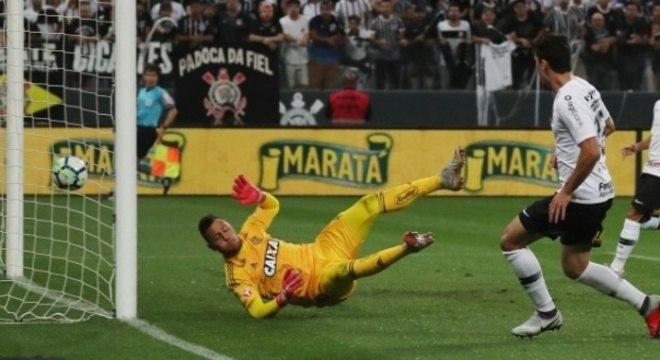O momento do gol de Danilo Avelar