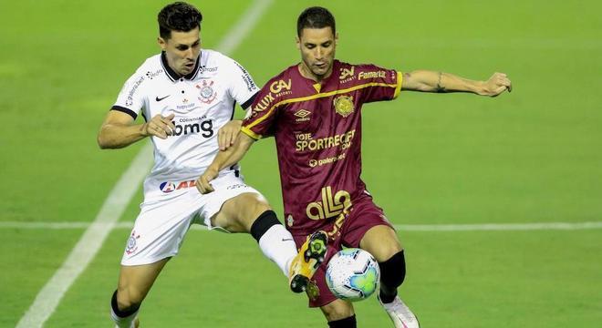 Danilo Avelar e Thiago Neves brigam pela bola no meio-campo na Ilha do Retiro