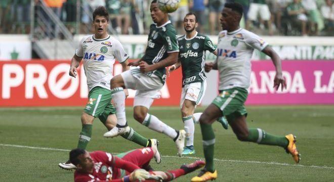 Chapecoense, de Danilo, enfrentou Palmeiras antes de embarcar para Colômbia