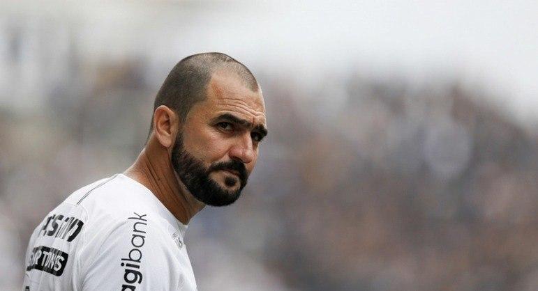 DANILO - Tornou-se ídolo do rival Corinthians, onde ganhou mais um Mundial, e aposentou-se em 2019 com a camisa do Vila Nova. Está com 40 anos.