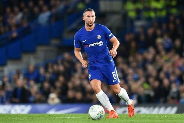 """Danny Drinkwater joga pelo Chelsea como volante. Em tradução livre, seria algo como """"Danny Bebendo Água"""""""