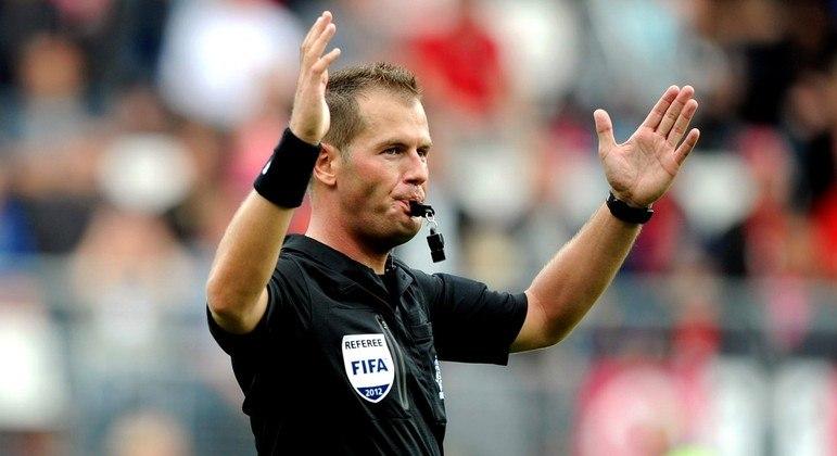 Makkelie, o árbitro que não viu o gol, num gesto involuntariamente emblemático