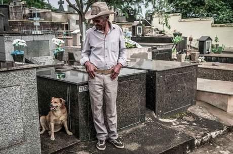 Darcy Dias da Cunha no cemitério, à espera do corpo da filha Rosária