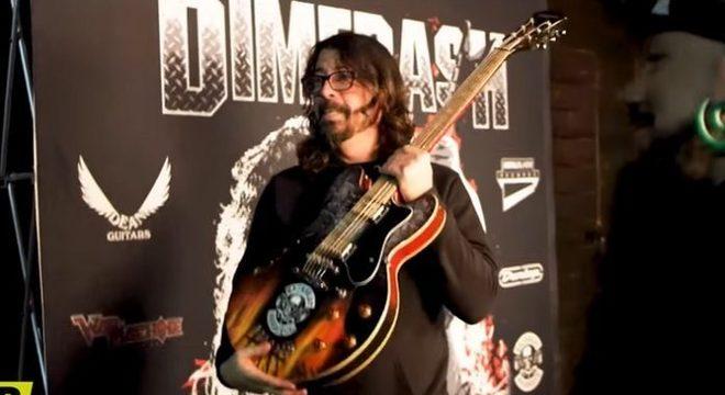 """Dave Grohl surta ao ser presenteado com uma """"guitarra de churrasco""""; vídeo"""