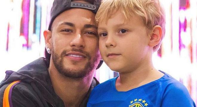 Davi Lucca, filho de Neymar, foi flagrado fazendo carinho no irmão que ainda não nasceu