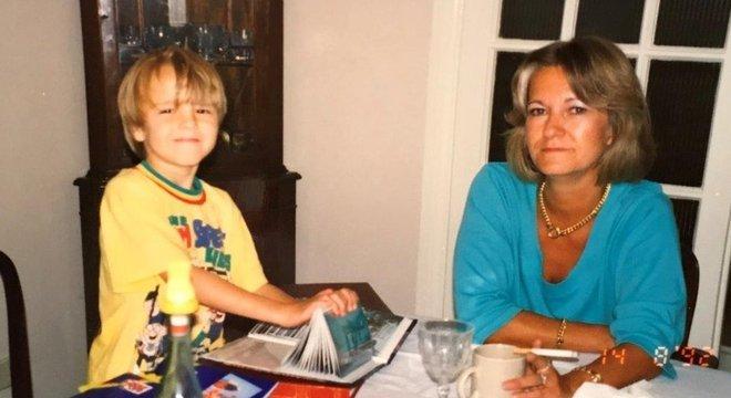 David Challen com a mãe, na infância; 'ela merece que o abuso (a que foi submetida) seja reconhecido', diz ele