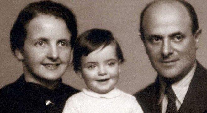 David Friedman com sua primeira mulher, Mathilda, e a bebê Mirjam: eles foram separados ao chegar no campo de concentração e nunca mais se viram