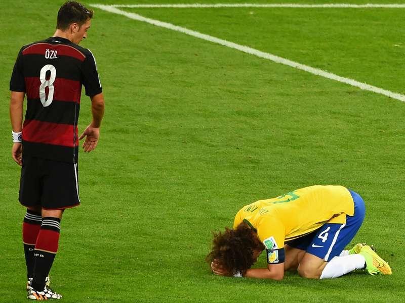 David Luiz chorando aos pés Ozil. Ele foi capitão no 7 a 1