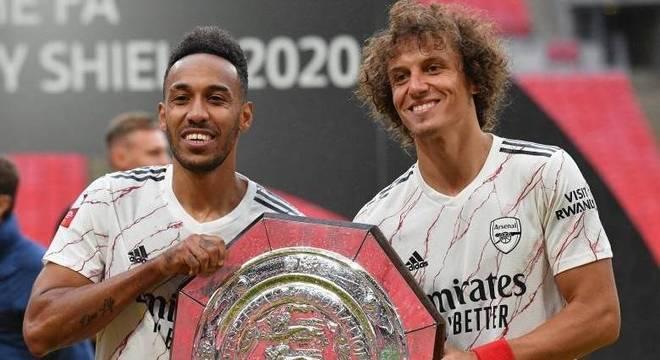 Ao lado de Aubameyang (esq.), David Luiz posa com o troféu da Supercopa inglesa