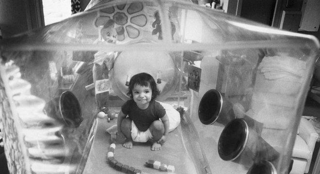 Ele foi colocado em uma câmara de isolamento de plástico logo após o nascimento