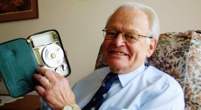 David Warren em 2002, com um miniphon, que deu inspiração para a criação da caixa-preta
