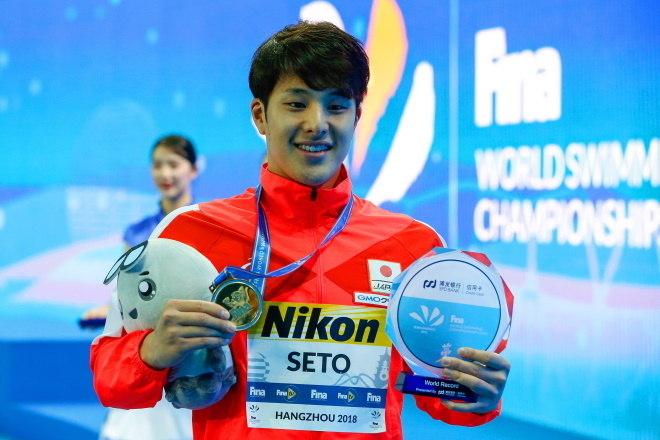 Daiya Seto era um dos astros do esporte japonês, sendo bastante famoso no país. Mas a imagem pública do nadador sofreu um sério abalo após ele ser flagrado entrando em um motel com uma mulher que não era sua esposa. Nesta semana, um dos principais nadadores da equipe do Japão foi suspenso até o fim do ano pelo ocorrido