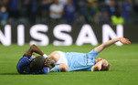 No lance, De Bruyne se chocou com o zagueiro alemãoRüdiger, do Chelsea, e caiu desnorteado no gramado. Além da queda, o jogador belga se contorcia em campo de tanta dor e levantava o braço pedindo atendimento médico