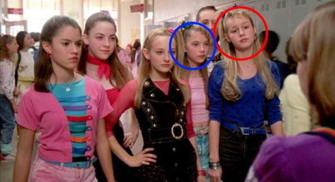 Ashley Benson (c/ destaque azul) e Brie Larson (em vermelho) em 'De Repente 30'