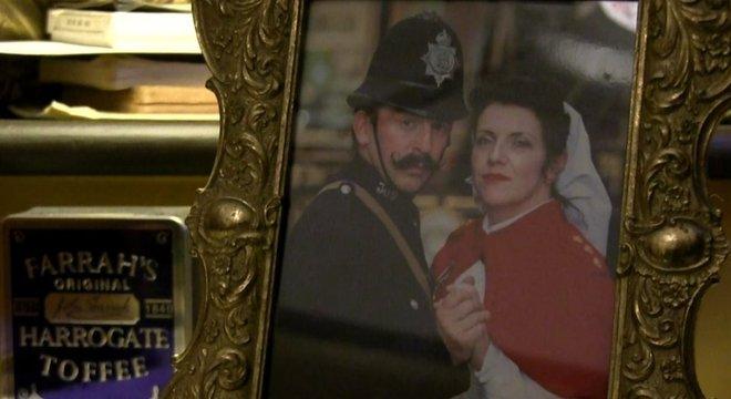 Até mesmo as fotos do casal parecem ter vindo de outra época. Ataques aéreos