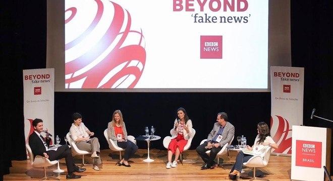No debate, da esq. para a dir., o mediador Ricardo Senra, a pesquisadora Yasodara Córdova, a professora Cláudia Costin, a jornalista Nathalia Arcuri, o jornalista Octavio Guedes e a jornalista Camila Marques