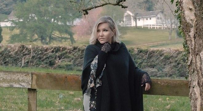 Deborah compôs a nova canção no templo onde mora, no norte da Inglaterra
