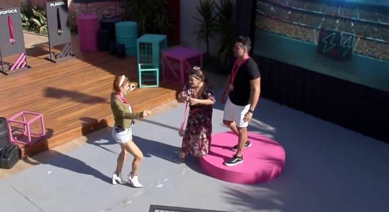 Deborah dança após ser chamada de fofoqueira por Li e Geórgia
