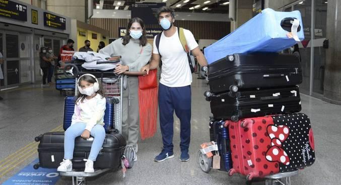 Após uma viagem de luxo, Deborah Secco voltou ao Brasil com a família