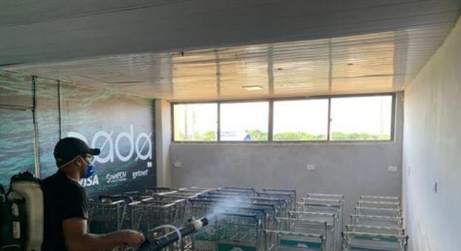 Decisão foi tomada após um funcionário do aeroporto Aeroporto Wilson Campos, que fica na Ilha, ser diagnosticado com a Covid-19