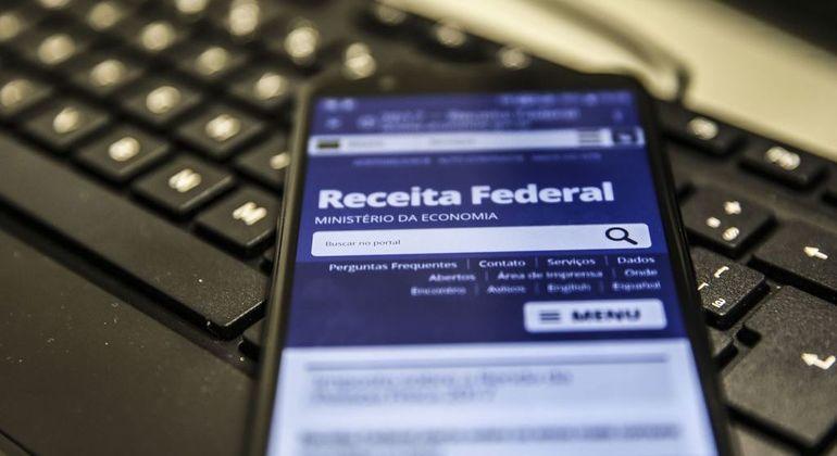 Quem atrasar a entrega do IR terá de pagar multa de 1% sobre o imposto devido ao mês
