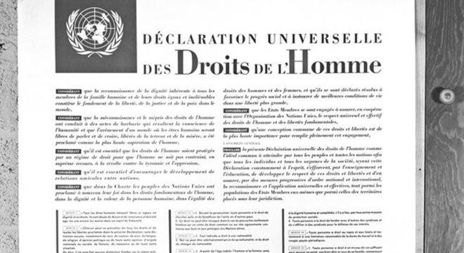Declaração Universal, acima escrita em francês, proclamada em 10 de dezembro de 1948