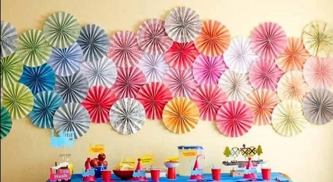 decoracao de festa infantil com fundo de papel sanfonado